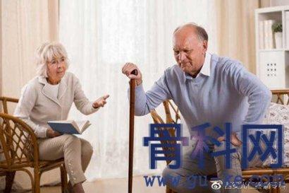 老年人容易惹上骨质疏松,哪种治疗方法更有效?