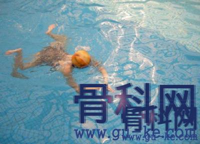 股骨头坏死患者夏天去游泳?