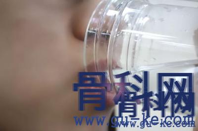 尿酸高的人平时要喝多少水,在什么时间段喝比较好?