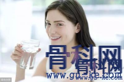 多喝水真的能把体内的尿酸降下来吗?哪些食物能降尿酸?