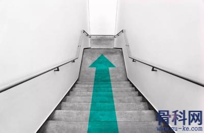 上下楼梯姿势应该是怎样才不会伤膝盖?